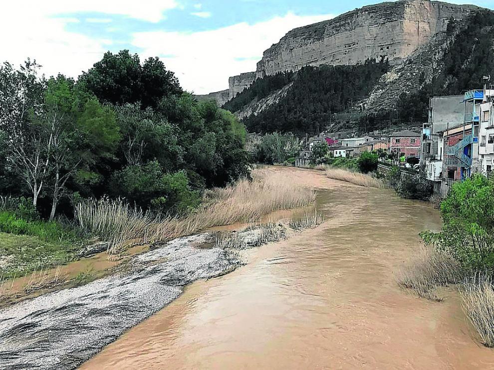 La alcaldesa de Ballobar denuncia el peligro de la crecida del Alcanadre con el río lleno de maleza.