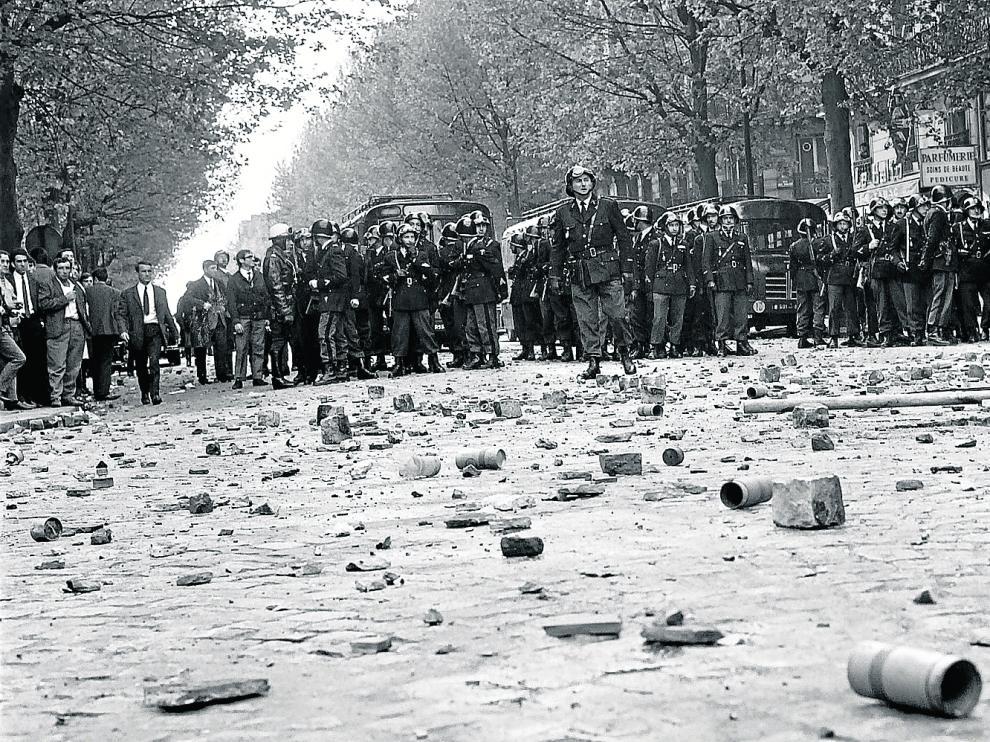 Policías frente a un escenario de violencia, con adoquines levantados, el 6 de mayo del 68 en París.