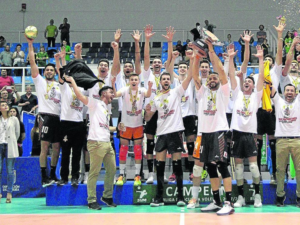Ereu levanta el trofeo de la Superliga rodeado de sus compañeros, que celebran por todo lo alto la consecución del campeonato y del histórico triplete.