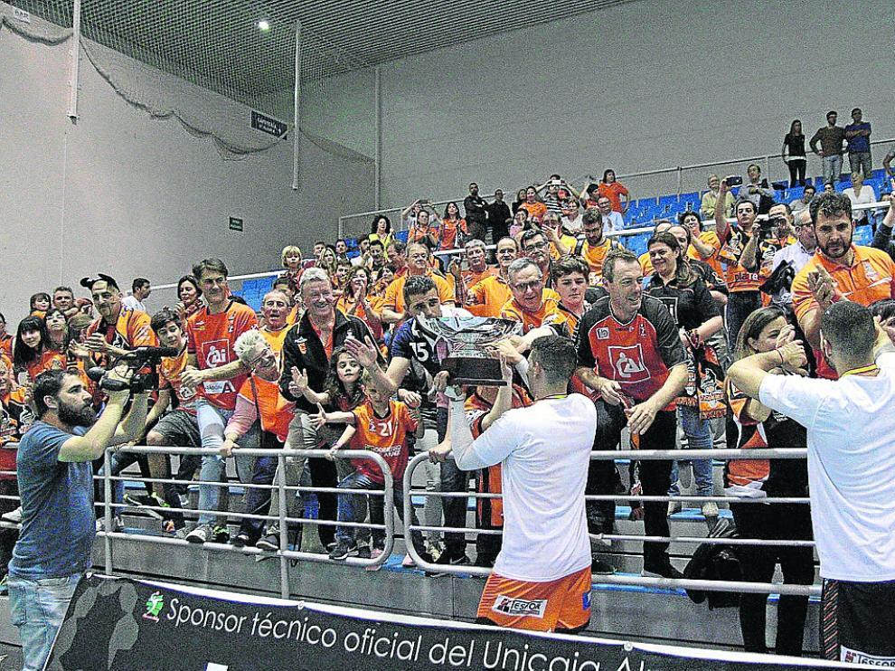 Los jugadores celebran con la afición turolense que viajó a Almería el triunfo.