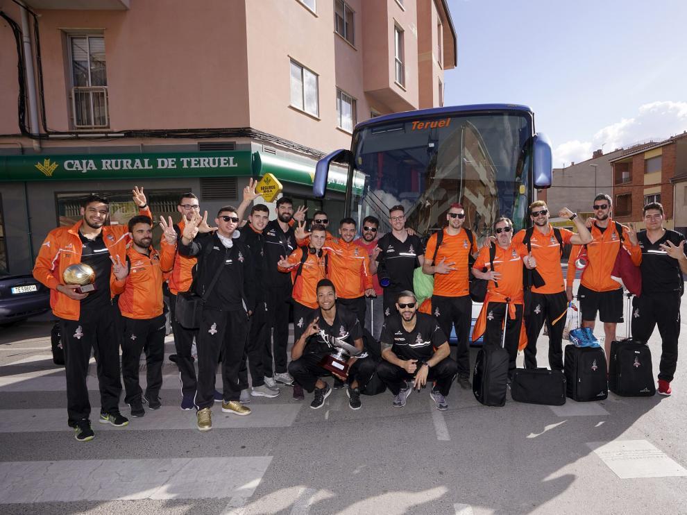 Los jugadores y técnicos del CV Teruel posan con el trofeo de la sexta Superliga al llegar a Teruel.