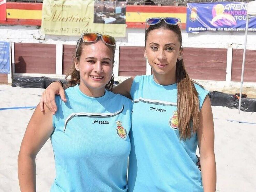Aida Cosío y Lorena García, árbitras de balonmano playa.
