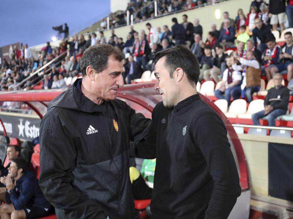 Bernardo Tapia (i) charla con López Garai (d)