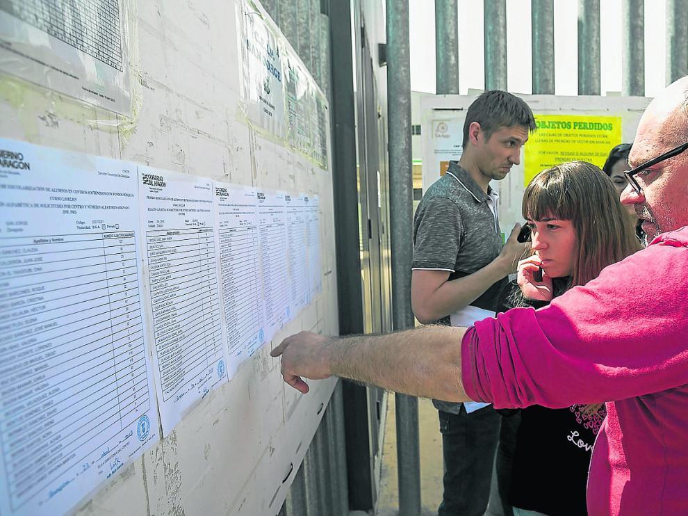 Familias de niños que quieren entrar en el colegio San Jorge (Valdespartera 2) mira los números adjudicados para el sorteo