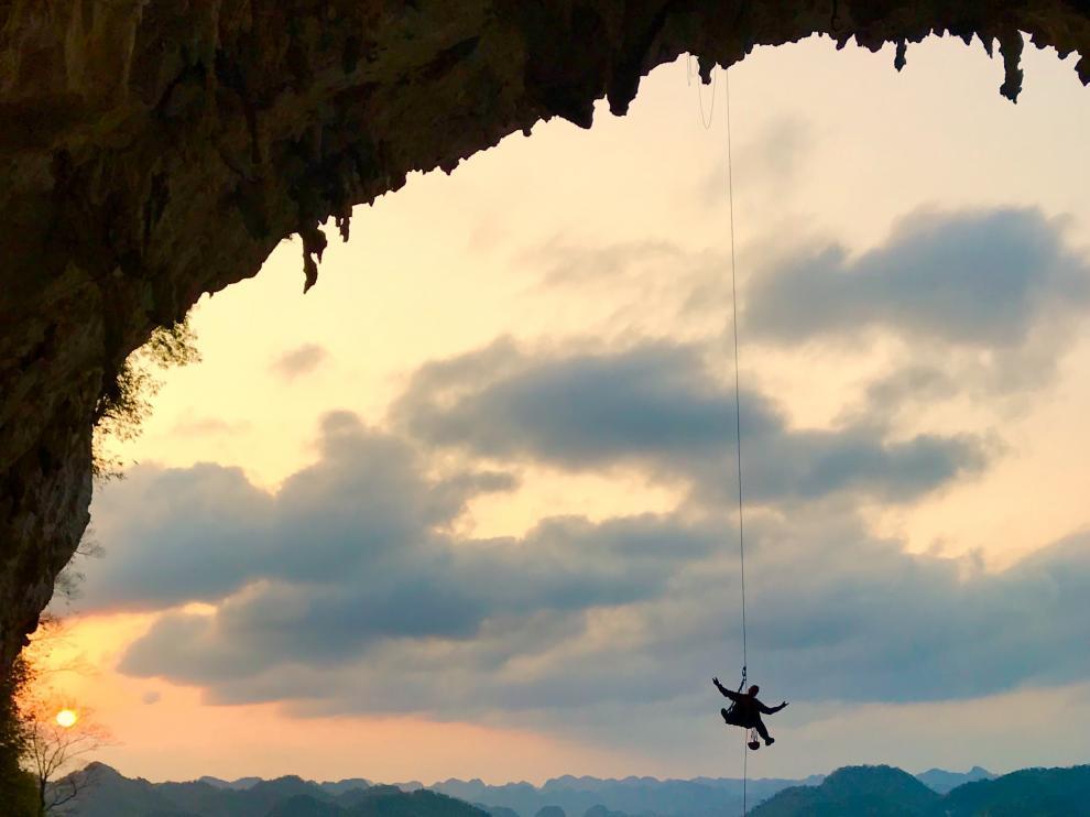 El freelance zaragozano Esteban Lahoz, suspendido durante la grabación del documental de escalada en El Gran Arco de Getu (en China).