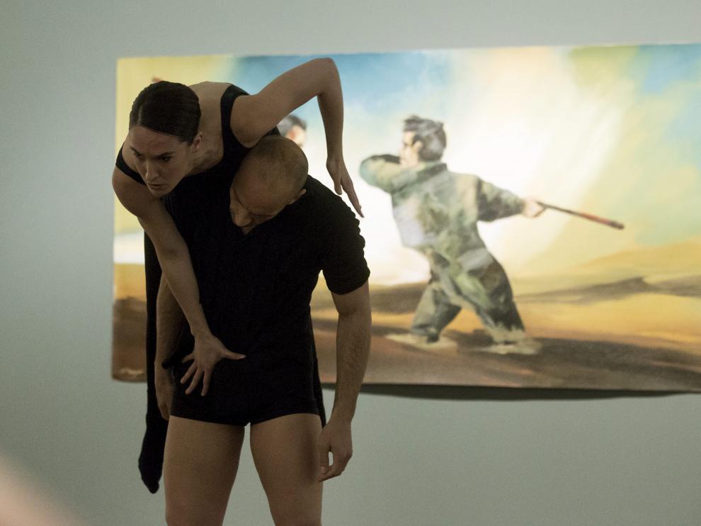 Bailarines de La Mov, este domingo, en el museo Pablo Serrano, con la obra de Natalio Bayo de fondo. raquel labodía