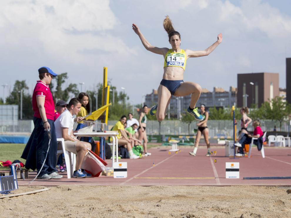 Salto de Leticia Gil (Simply Scorpio) en el encuentro celebrado en el Estadio Corona de Aragón