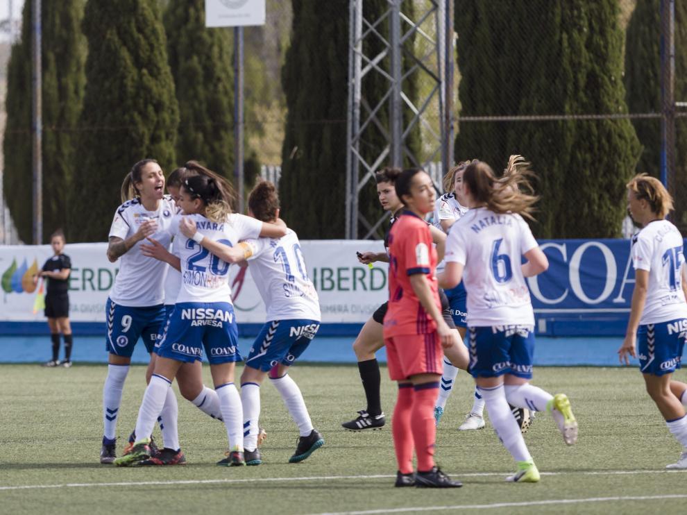 Las jugadoras del Zaragoza Femenino se abrazan tras marcar un gol en el Pedro Sancho