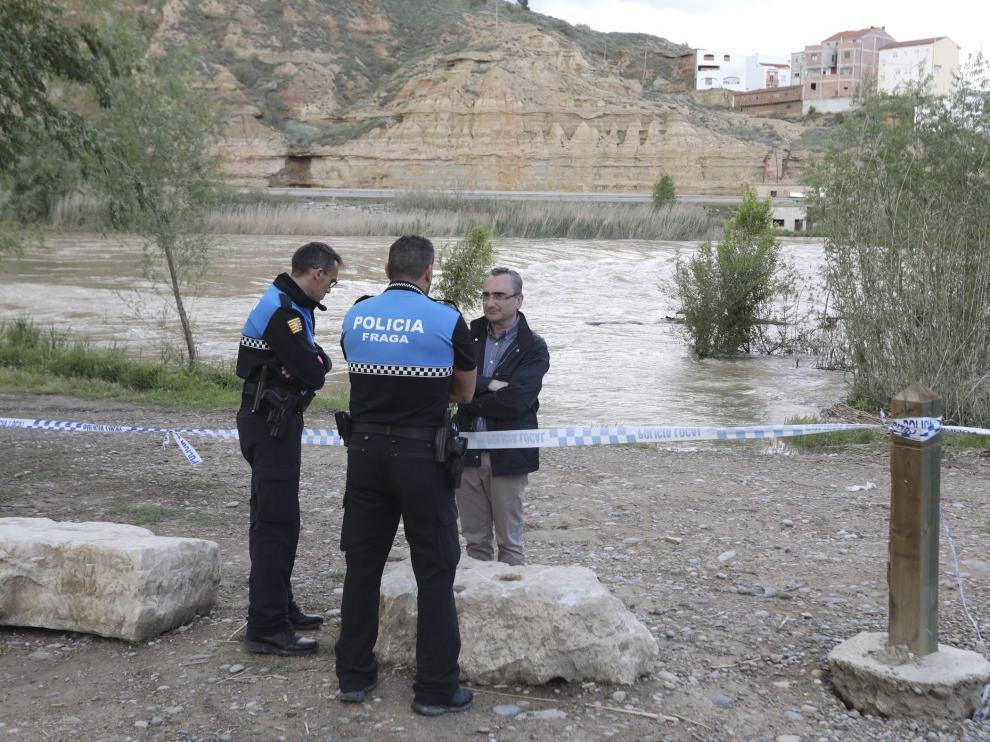 El alcalde de Fraga y policías locales en una de las zonas de la ribera del Cinca donde se prohíbe estos días el paso.
