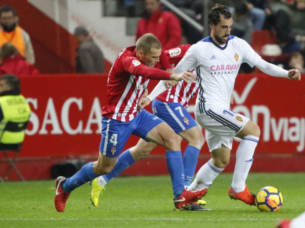 Un lance del juego en el partido de la primera vuelta entre el Sporting y el Real Zaragoza, en Gijón. Eguaras lleva la pelota.