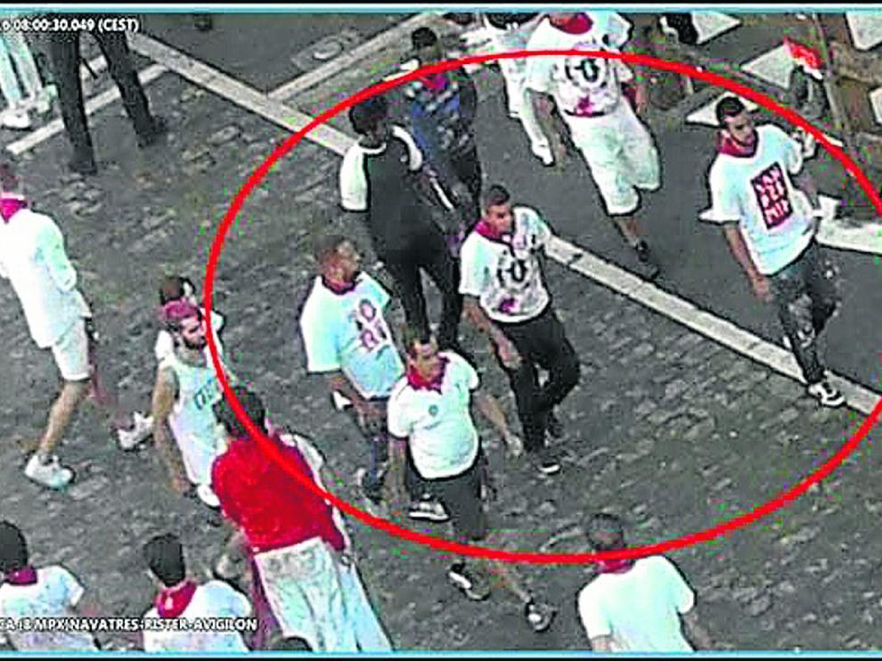 Los miembros de la Manada caminan por las calles de Pamplona.