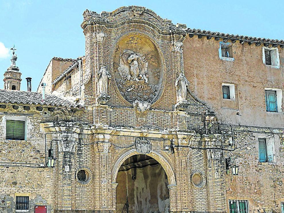 Monasterio de Santa Fe. Importante edificio barroco, declarado Monumento Nacional en 1979, ha sido objeto de  obras de restauración parciales. La Asociación Monasterio de Santa Fe desarrolla distintas actividades para lograr su recuperación total.