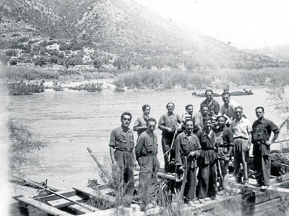 El 'llauter' de Mequinenza José Soler –primero por la izquierda en la fila de atrás– cambió el porte de carbón por el Ebro por las minas belgas.