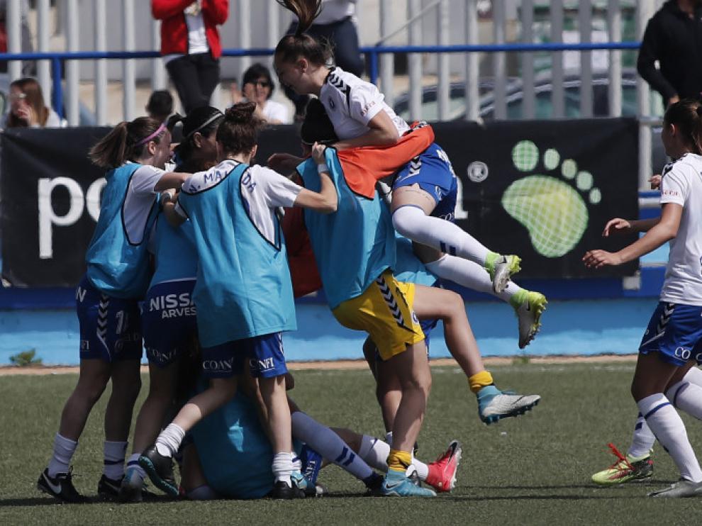 Las jugadoras del Zaragoza Femenino celebran un gol.