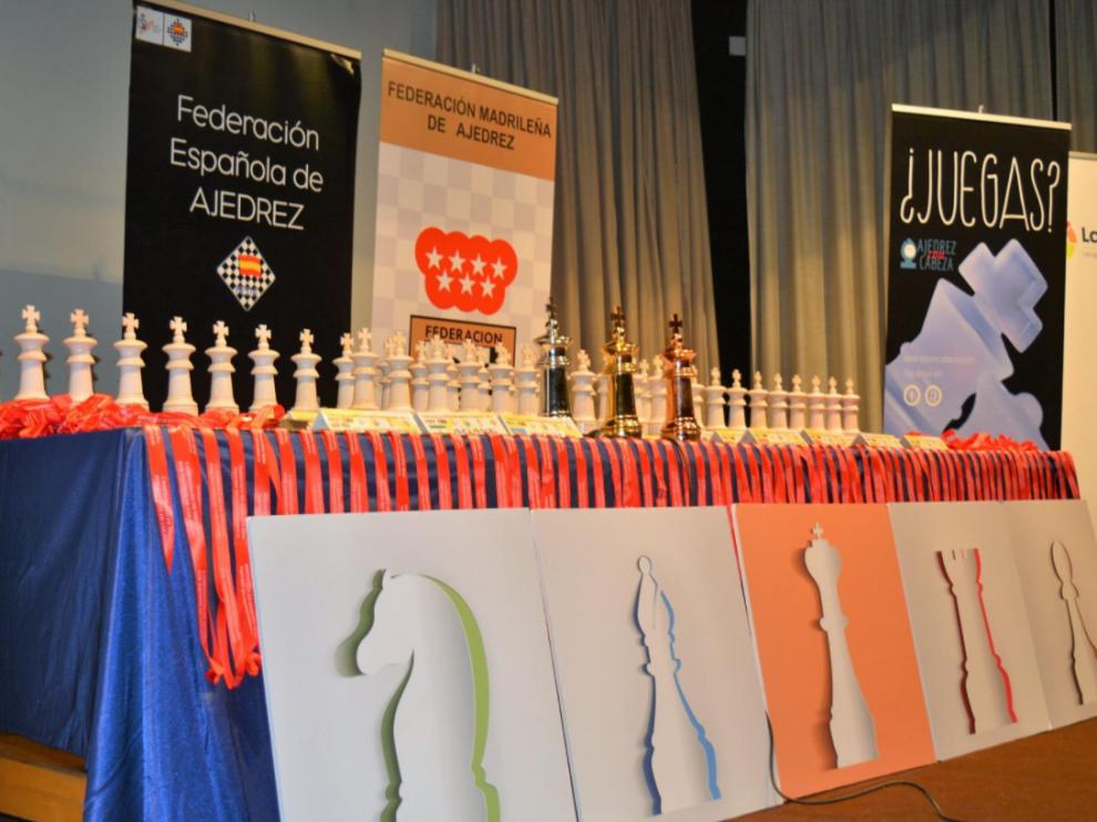 Trofeos y premios para los participantes.