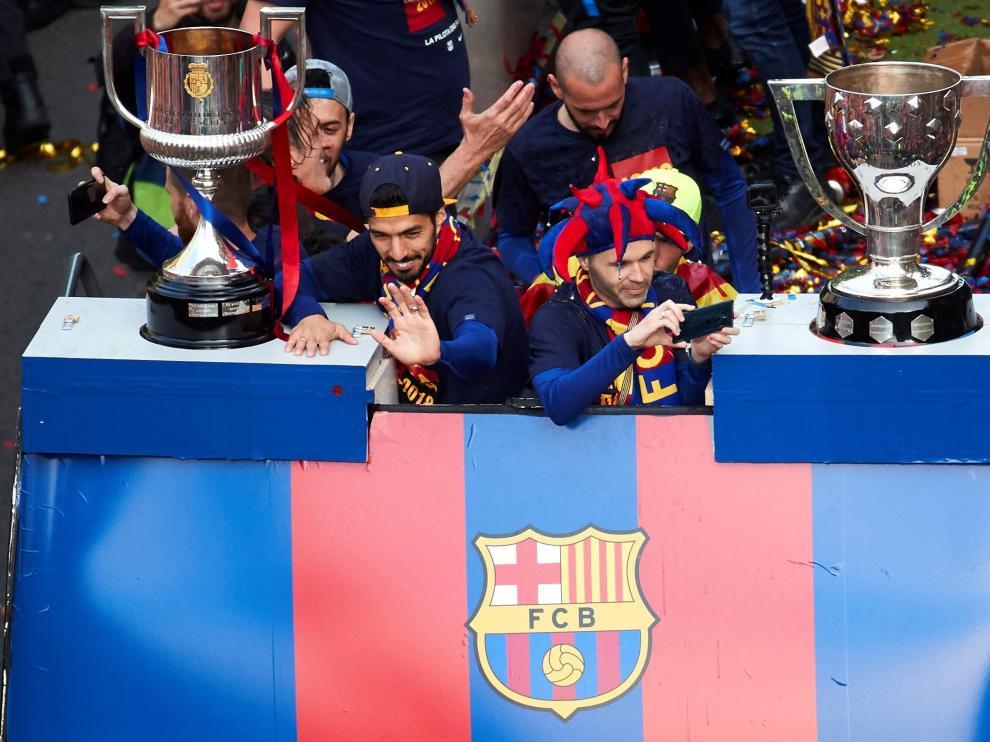 Andrés Iniesta grabando con su móvil junto a varios compañeros de equipo.