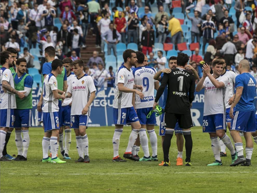 Los jugadores del Real Zaragoza, al final del último partido en La Romareda, tras ganar 2-1 al Almería.