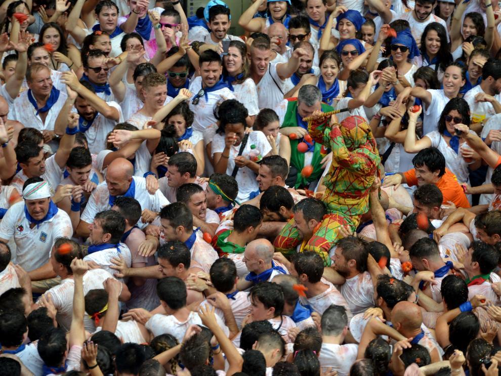 Miles de personas esperan al Cipotegato en la plaza de España de Tarazona.