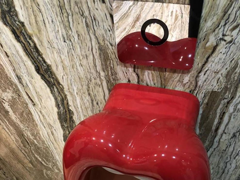 Los polémicos urinarios del hotel  Marilena.