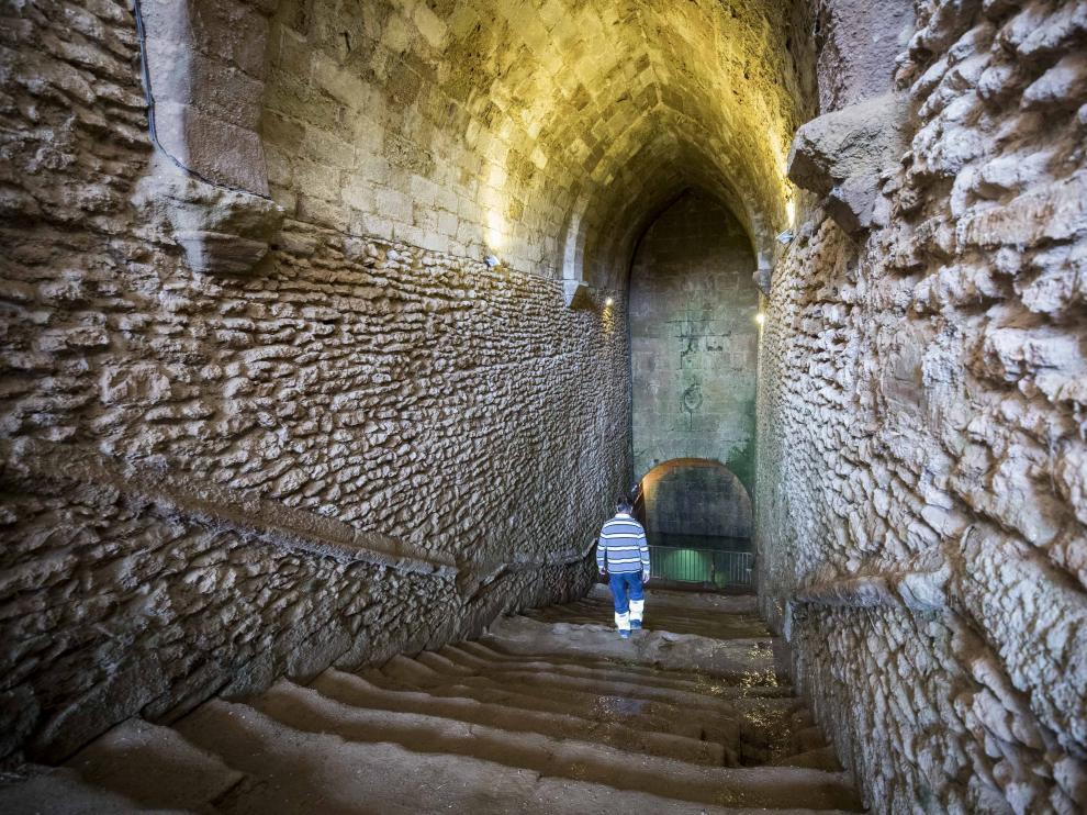 José Pallarés, alguacil de Laluenga, baja los 74 escalones del Pozo Nuevo, también llamado 'la catedral'.