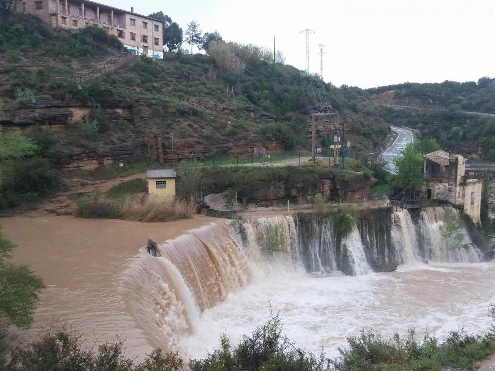 El río Alcanadre a su paso por el Salto de Bierge este domingo.