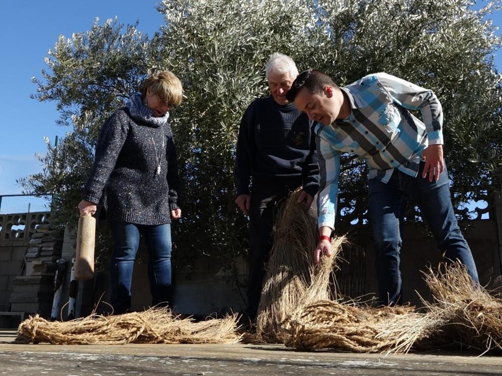 María Jesús Cruz, Feliciano Gascón y Óscar Gavín recordando el uso tradicional del esparto.