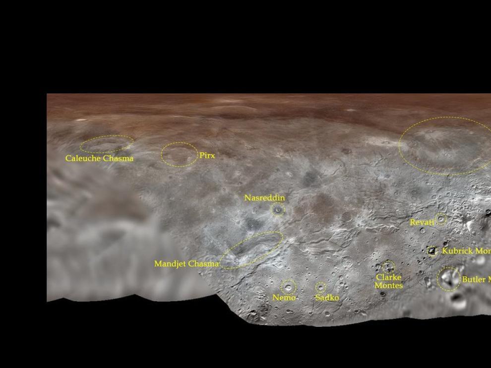 Proyección del mapa de Caronte con la docena de nombres oficiales recién aprobados para elementos de su superficie