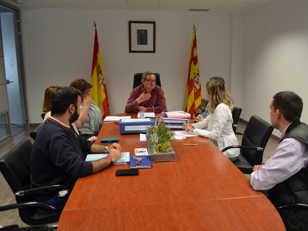El alcalde de Novallas, Jesús Fernández, preside el pleno en el que se aprobó el proyecto