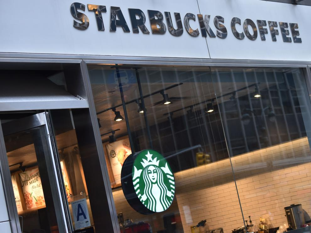 Los dos afroamericanos arrestados en Starbucks aceptan un dolar como indemnización