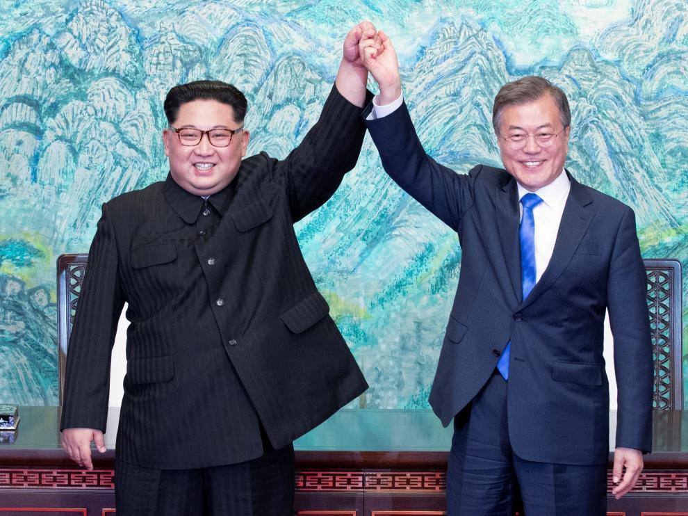 El líder norcoreano, Kim Jong-un, y el presidente surcoreano, Moon Jae-in, durante su histórico encuentro del pasado 27 de abril.