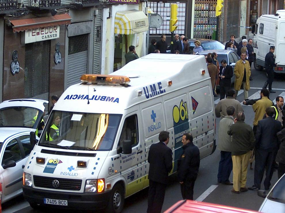 Una ambulancia en la calle Cortes de Aragón, donde ETAasesinó a Giménez Abad en 2001.