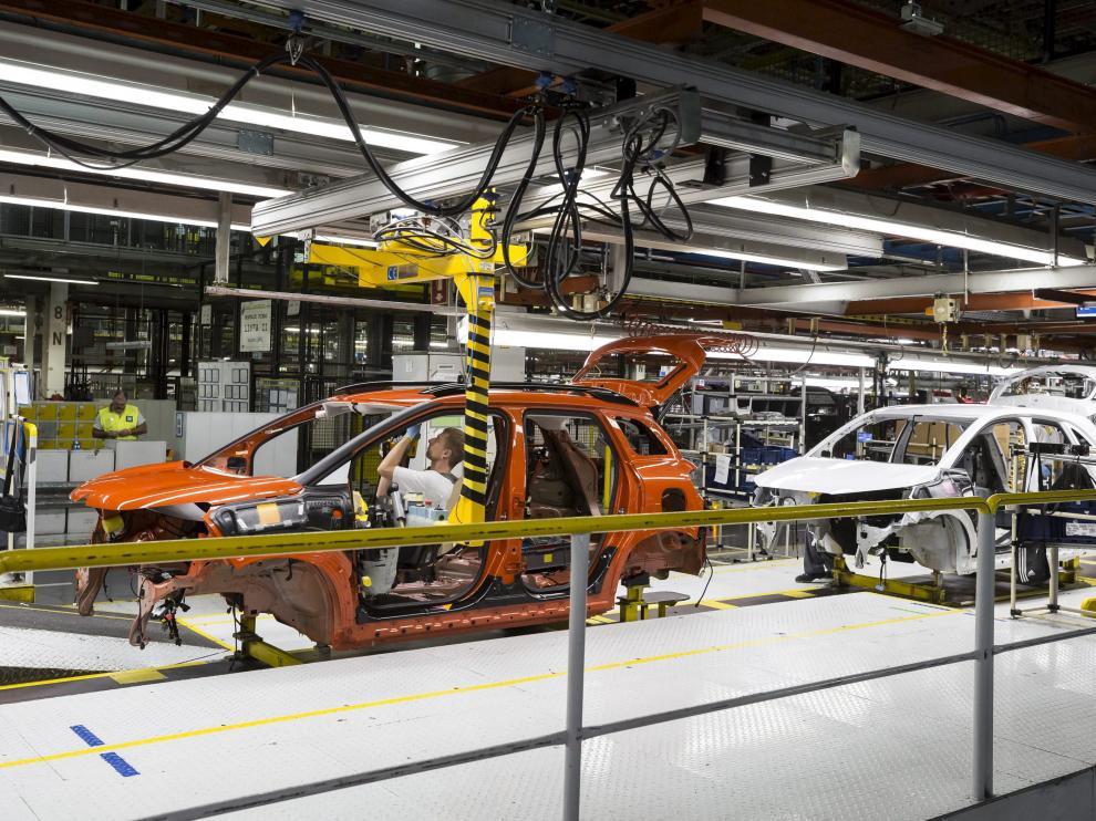 Operarios trabajando en la línea de montaje de la factoría zaragozana de Opel