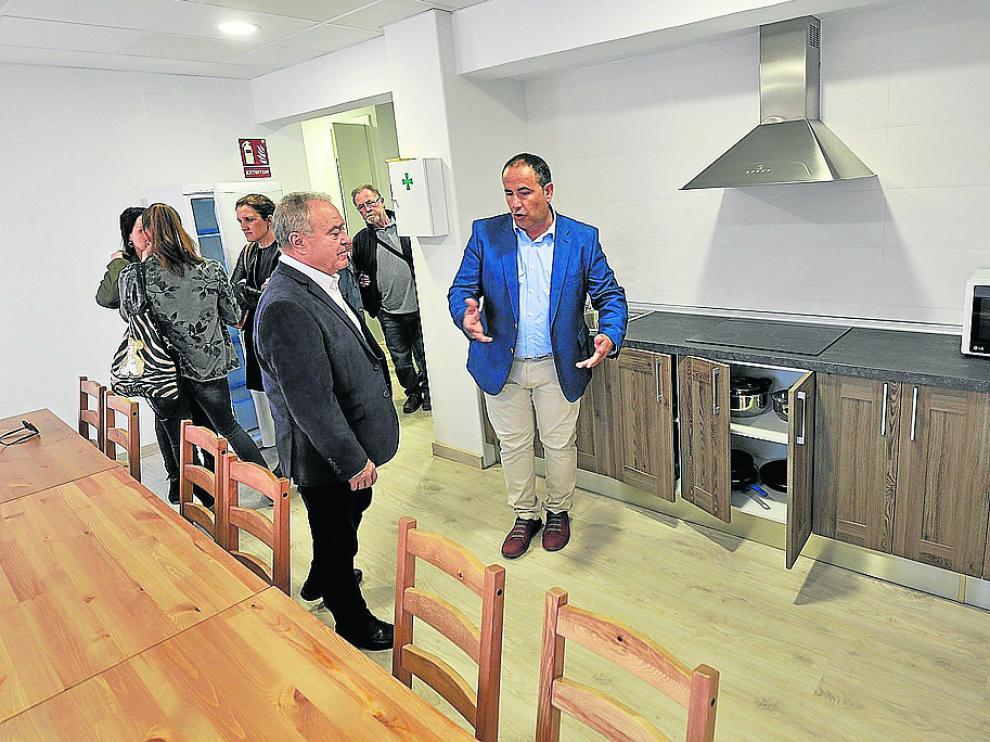 El alcalde, Joaquín Monesma, explica las instalaciones al presidente de la Diputación, Miguel Gracia.
