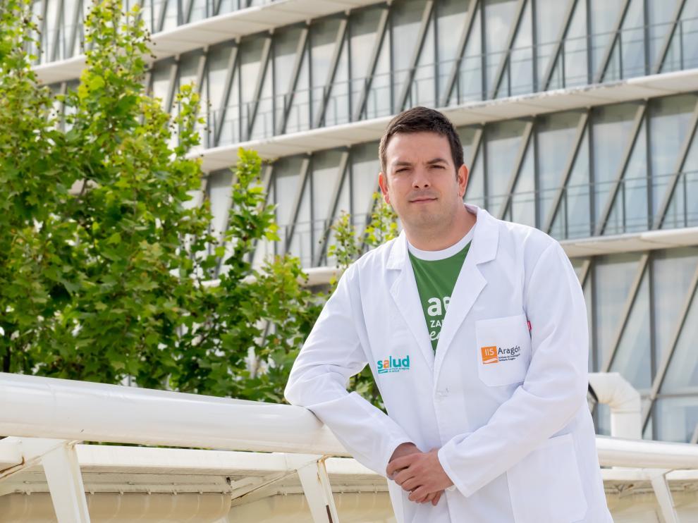 El investigador Alberto Jiménez Schuhmacher, en el entorno del Parque del Agua, donde correrá este mes de junio la V Marcha contra el cáncer.