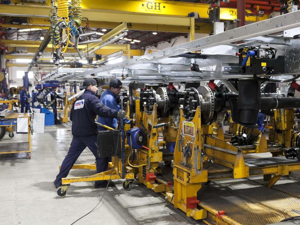 Operarios trabajando en las instalaciones de Schmitz Cargobull en Figueruelas (Zaragoza)