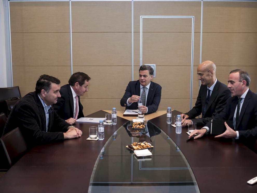 Los directivos de Dr. Schär, HMY Yudigar, Martín Martín y Deloitte con el periodista Luis H. Menéndez, en la sede de HERALDO.