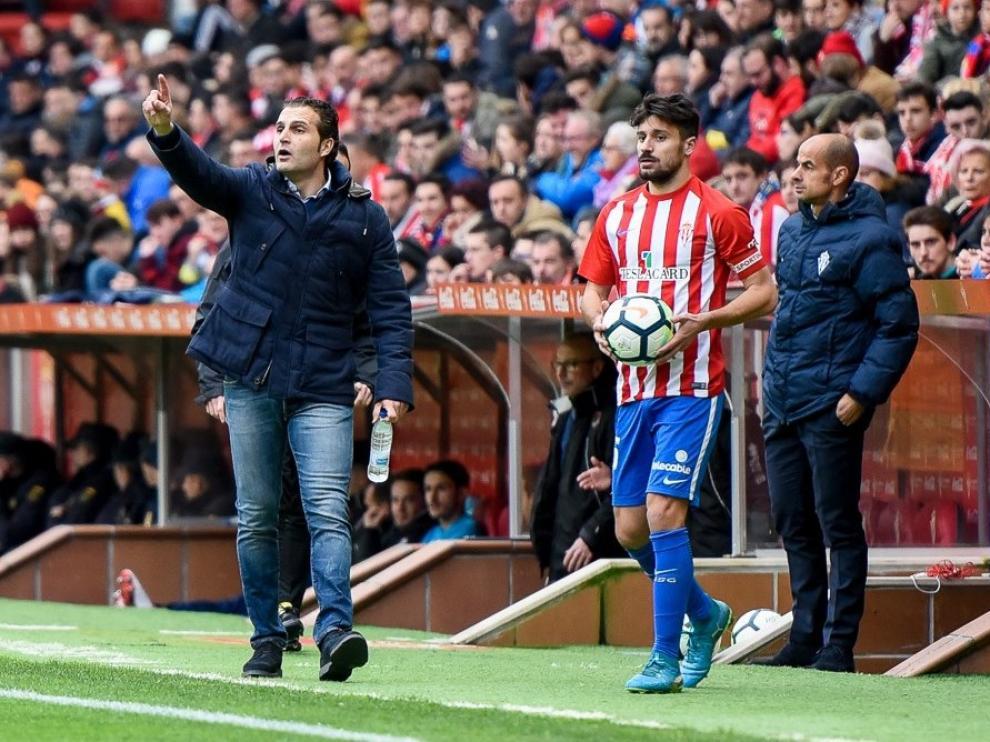 Rubén Baraja instruye a sus jugadores en la banda de El Molinón.