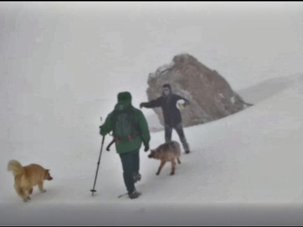 Momento en que los montañeros reciben a los especialistas de la Guardia Civil.