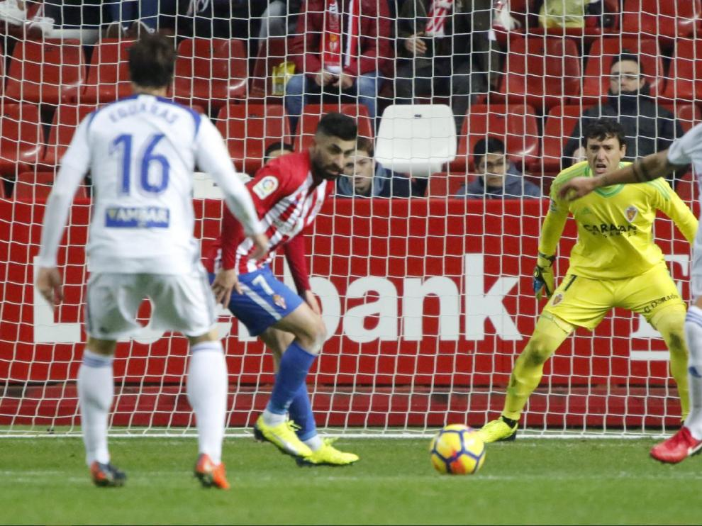 El sportinguista Michael Santos, junto a Grippo, pelea un balón en el área zaragocista en el partido de la primera vuelta en Gijón, con Cristian Álvarez y Eguaras (de espaldas) pendientes de la jugada.