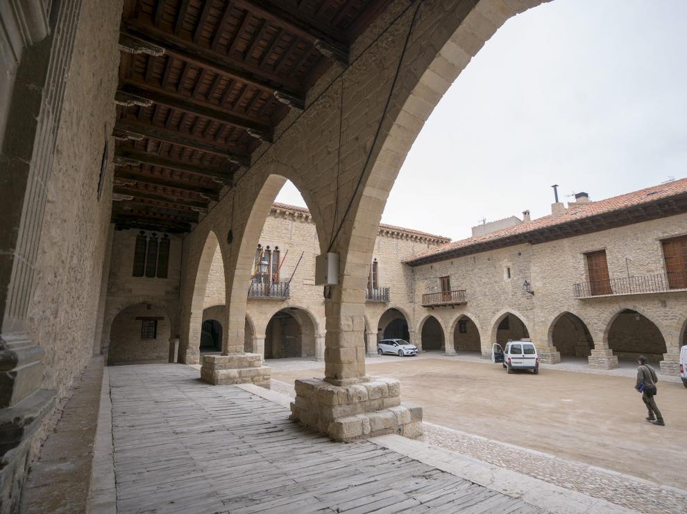 La plaza del Ayuntamiento, con sus soportales de piedra, es uno de los puntos más visitados.