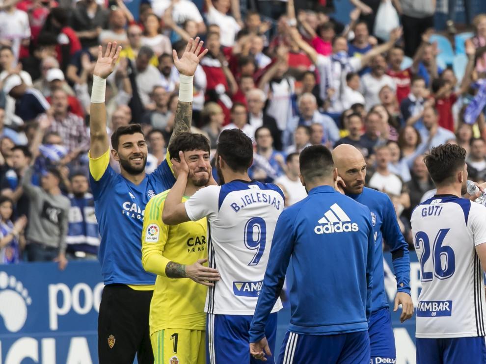 Borja y Cristian celebran la victoria contra el Sporting al término del partido.