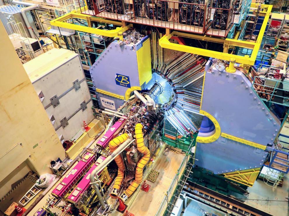 Acelerador Superkekb (rosa) y detector Belle II (azul), en la zona de interacción entre haces