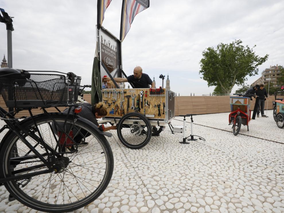 El festival de culturas ciclistas 'Zaragoza is bike' ha llegado este lunes al balcón de san Lázaro, en el Arrabal.