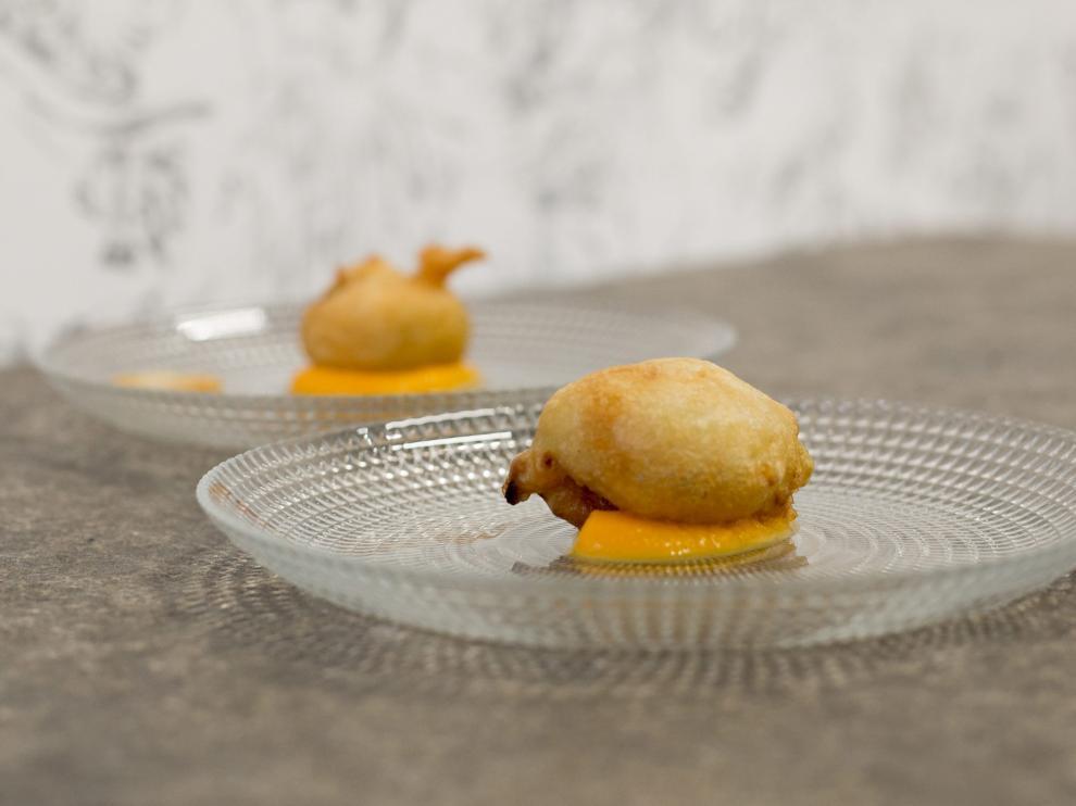 Buñuelos de borrajas sobre emulsión de calabaza.