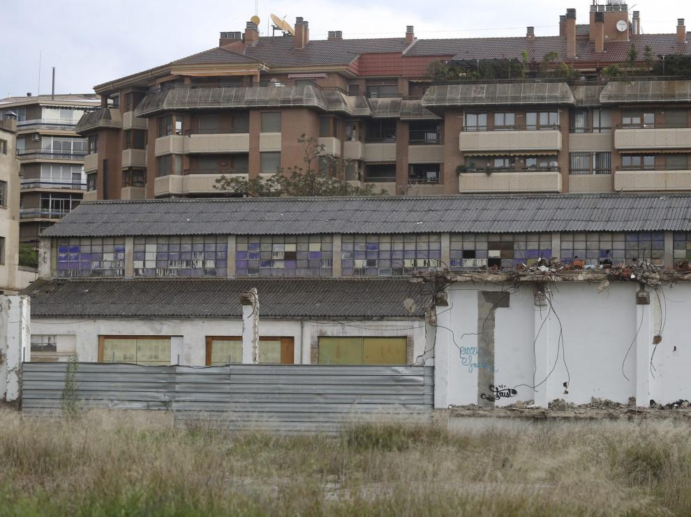 En el solar de las harineras, todavía quedan en pie algunos edificios y naves.