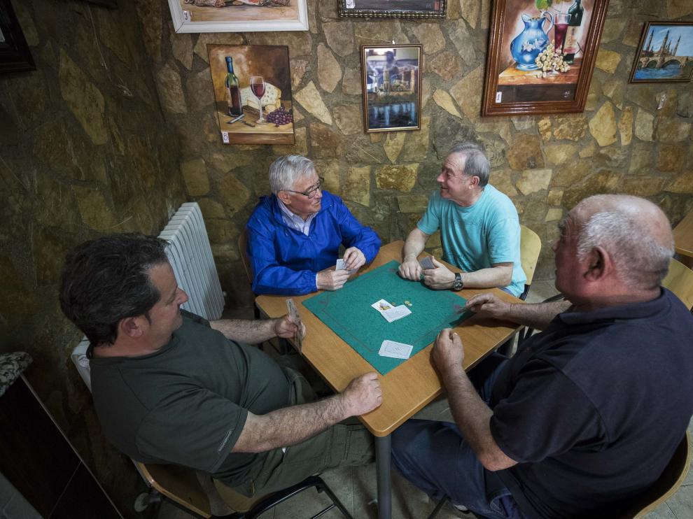 La partida en el Albergue a la hora del café es un ritual que se sigue religiosamente.