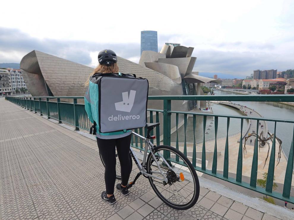 Una repartidora de Deliveroo en Bilbao