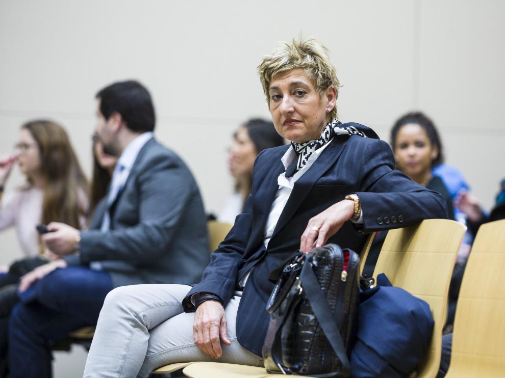 La exalcaldesa de La Muela, María Victoria Pinilla, sentada en el banquillo durante el juicio.