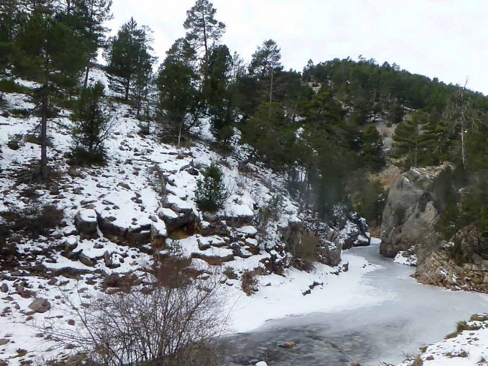 Afloramientos jurásicos en los márgenes del río Mijares a lo largo del sendero de aproximación a la Vía Ferrata Jurásica de El Castellar (Teruel)