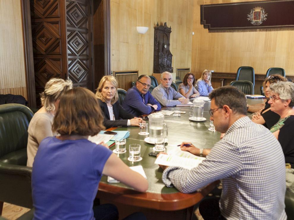 Reunión celebrada ayer en el Ayuntamiento de Zaragoza con los alcaldes de los barrios rurales afectados